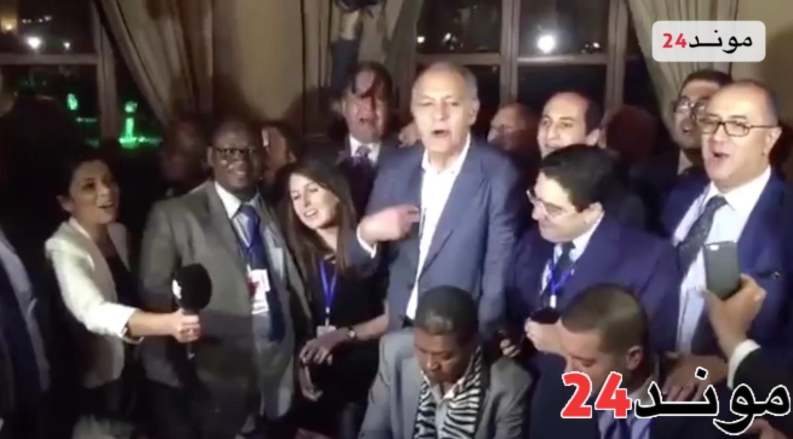 دبلوماسيين مغاربة يغنون النشيد الوطني في الاتحاد الأفريقي