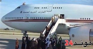شاهد لحظة تعثُّر حاكم دبي أثناء نزوله من الطائرة بمطار عمان