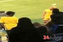بالفيديو: مشجعة سعودية تضرب أمرابط بقارورة مياه
